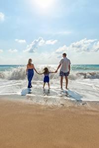 Фотографии Волны Мужчины Пляж Вид Втроем Девочки Дети
