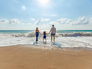 Фотографии Волны Мужчины Пляж Вид сзади Втроем Девочка Дети