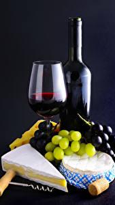 Фотографии Вино Виноград Сыры Черный фон Бокалы Бутылки