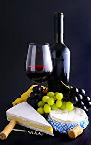 Фотографии Вино Виноград Сыры Черный фон Бокалы Бутылка Еда