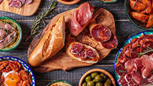 Фото Бутерброды Хлеб Колбаса Ветчина Разделочная доска Нарезанные продукты Продукты питания