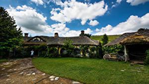 Фото Новая Зеландия Парк Здания Небо Газон Облака Hobbiton Природа