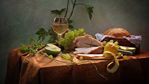 Фотография Натюрморт Вино Ветчина Виноград Яблоки Лимоны Хлеб Стол Бокал