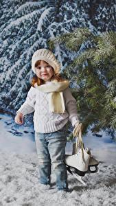 Обои Зима Девочки Шапки Джинсы Свитер Коньки Смотрит Дети