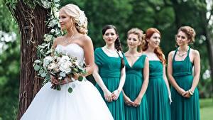 Обои Букеты Свадьбе Невеста Платья girlfriends Девушки