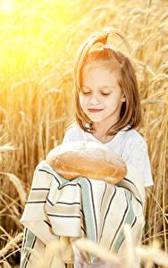 Картинки Хлеб Девочка ребёнок