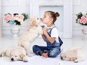 Фотографии Собака Девочка Джинсы Щенок ребёнок Животные