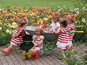 Фотографии Парки Розы Куклы Девочка Платье Сапоги Grugapark Essen