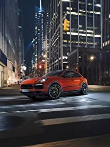 Обои Порше Ночь Улице Оранжевый Скорость Cayenne Turbo 2019 автомобиль