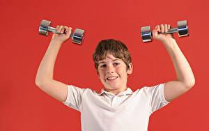 Картинка Красный фон Мальчики Рука Гантелями ребёнок