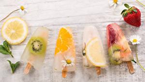 Картинка Сладости Мороженое Клубника Ромашки Цитрусовые Киви Лимоны Доски Еда