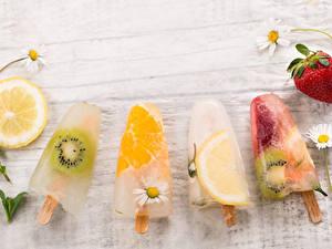 Картинка Сладкая еда Мороженое Клубника Ромашка Цитрусовые Киви Лимоны Доски