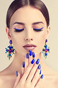 Обои Пальцы Цветной фон Шатенки Лица Макияж Серьги Маникюр Синяя Девушки