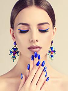 Обои Пальцы Цветной фон Шатенка Лицо Мейкап Серьги Маникюр Синий Девушки