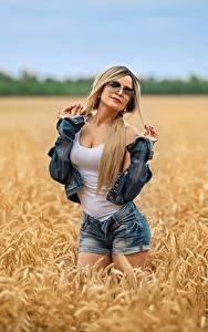 Картинка Georgiy Dyakov Поля Блондинки Позирует Шортах Майка Куртке Очки девушка