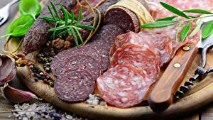 Фотографии Мясные продукты Колбаса Приправы Разделочная доска Нарезанные продукты Еда
