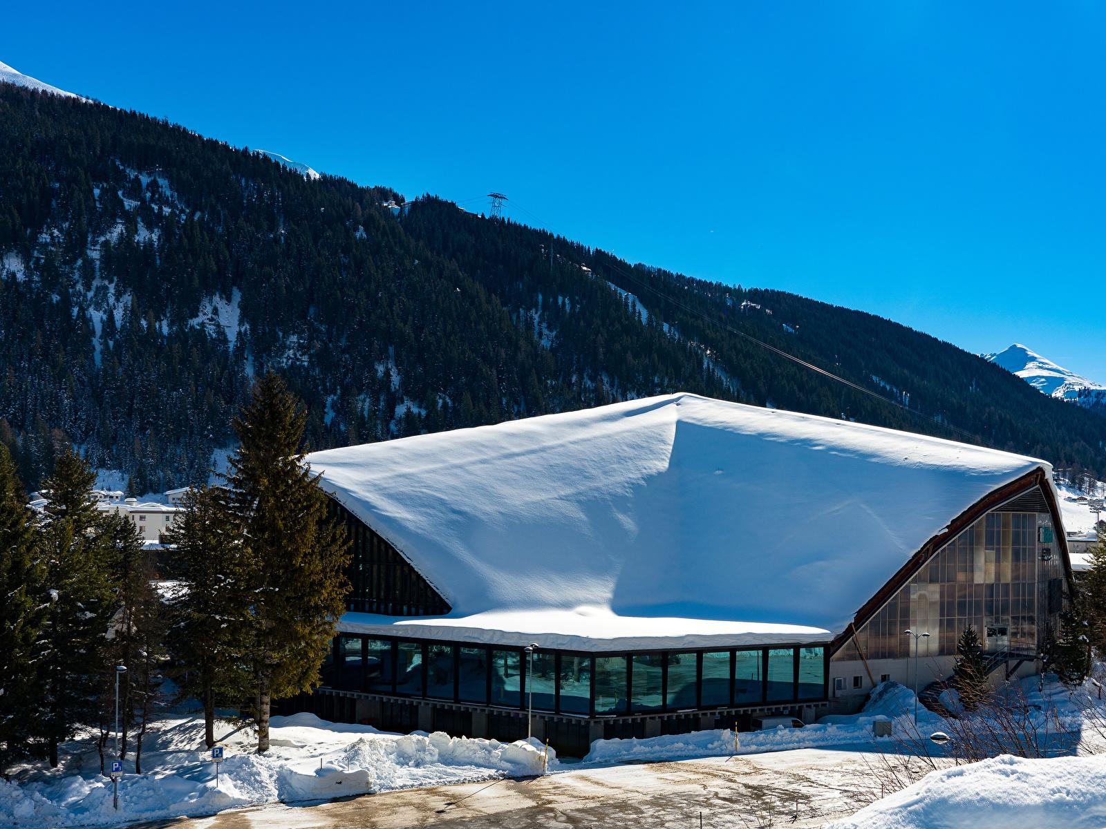 Картинка Швейцария Davos гора зимние снегу город Здания 1600x1200 Горы Зима Снег снеге снега Дома Города