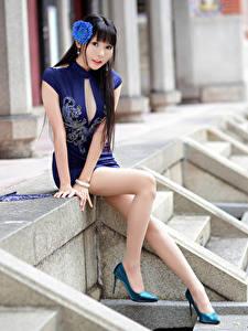 Обои Азиатка Брюнетка Сидящие Платье Ног Взгляд Размытый фон девушка