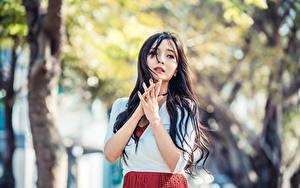 Фотография Азиатки Брюнетки Рука Смотрит Боке девушка