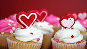 Обои День святого Валентина Сладкая еда Пирожное Капкейк кекс Красный фон Серце Пища