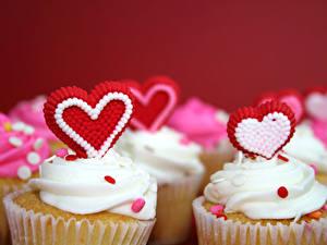 Обои День святого Валентина Сладкая еда Пирожное Капкейк кекс Красный фон Серце