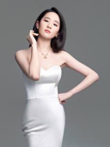 Обои Азиатка Сером фоне Брюнетка Платья Позирует Руки Liu Yifei молодая женщина