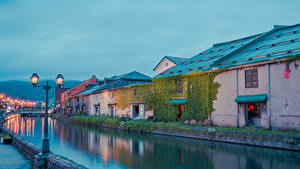 Картинки Япония Дома Река Вечер Уличные фонари Hokkaido Города