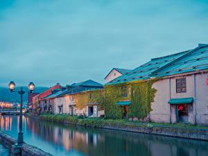 Картинки Япония Дома Река Вечер Уличные фонари Hokkaido