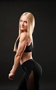 Картинки Фитнес Блондинка Позирует Улыбка Смотрят Девушки