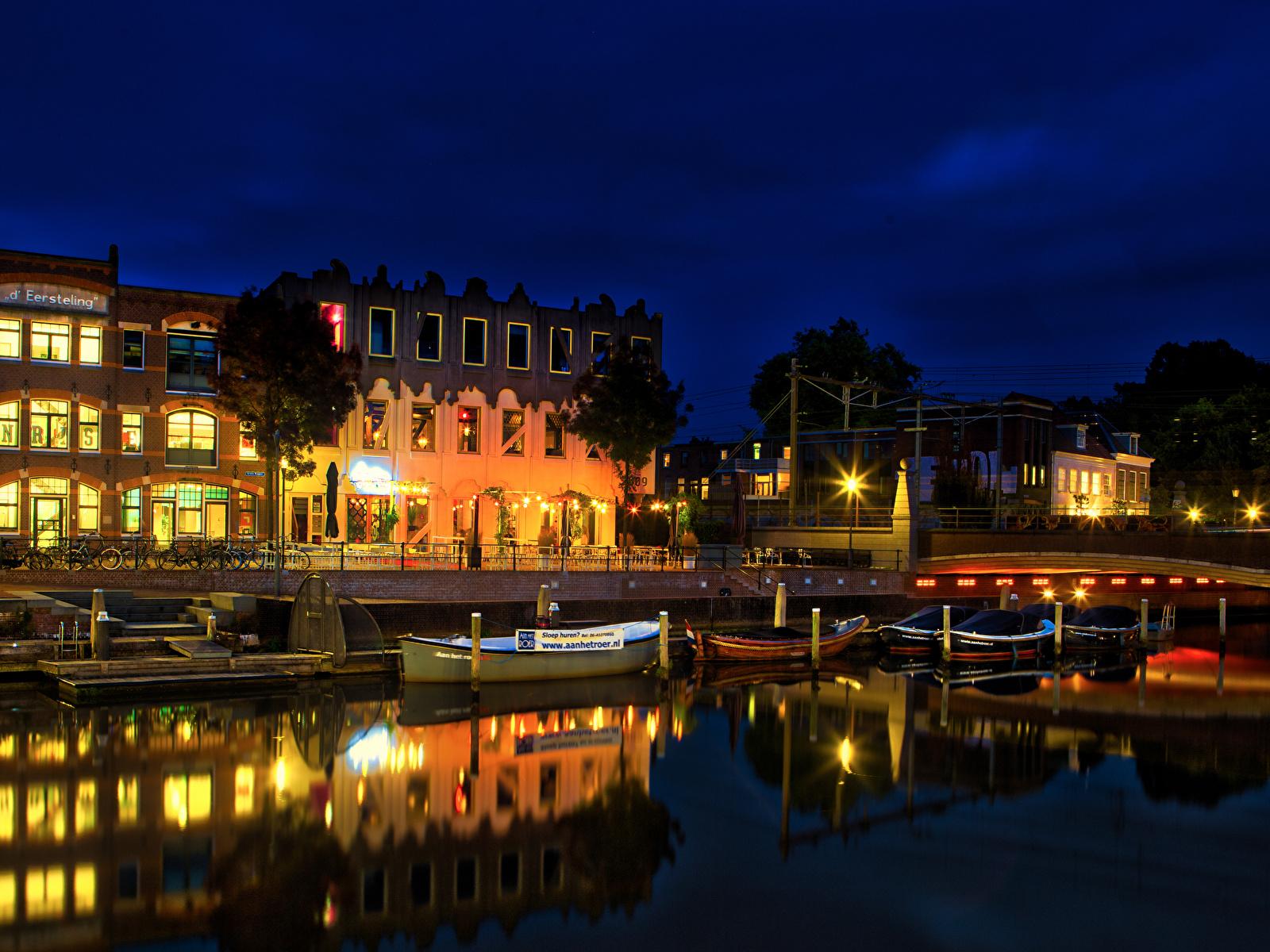 Фото Нидерланды Amersfoort canals Водный канал Ночь Лодки Причалы Уличные фонари Дома Города 1600x1200 Пирсы Ночные Пристань Здания