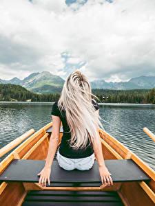 Фотографии Озеро Лодки Сидящие Вид сзади Блондинка Руки молодая женщина