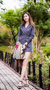 Фотография Азиаты Шатенки Позирует Платье Ноги