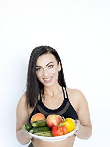 Фотографии Овощи Фрукты Брюнетка Улыбается Поднос Здоровое питание Девушки Еда