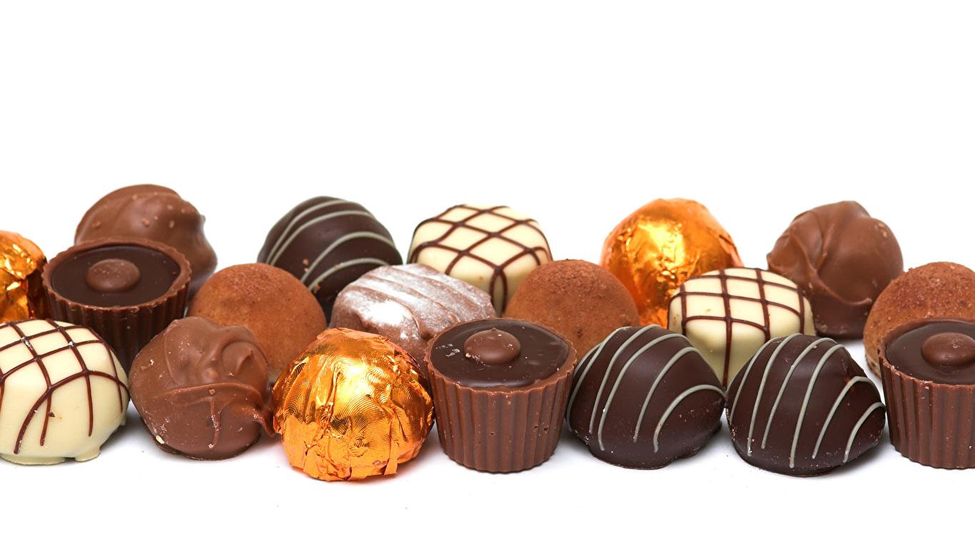 Картинки Шоколад Конфеты Еда Сладости Белый фон 1366x768 Пища Продукты питания белом фоне белым фоном сладкая еда