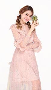 Фотографии Кактусы Азиатки Белом фоне Платья Рука Улыбается Шатенки Косички девушка