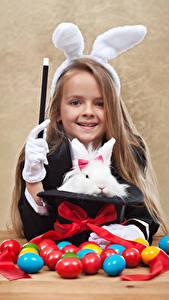 Фотография Праздники Пасха Кролик Яиц Девочки Улыбается Бантик Ушки кролика ребёнок