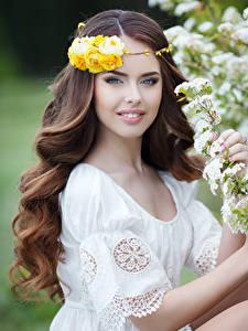Картинки Розы Шатенка Улыбка Красивые Взгляд Девушки