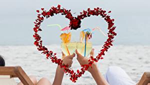 Картинка День всех влюблённых Коктейль Руки Бокал Сердечко 2 Продукты питания