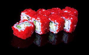 Фотографии Морепродукты Суси Икра На черном фоне Продукты питания