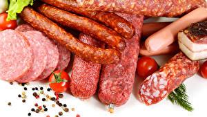 Картинки Мясные продукты Колбаса Перец чёрный Томаты Белым фоном