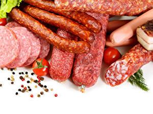 Картинки Мясные продукты Колбаса Перец чёрный Томаты Белым фоном Пища
