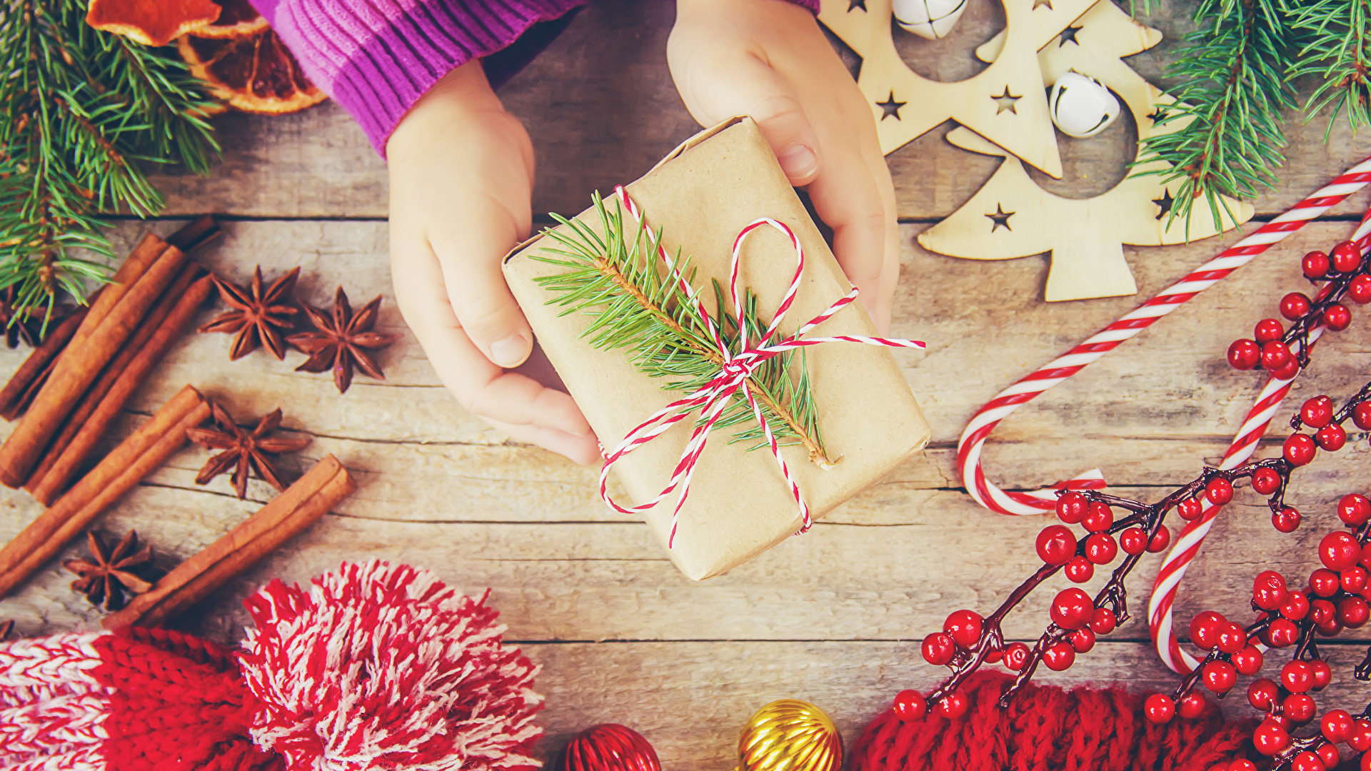 Фотографии Рождество Бадьян звезда аниса Корица Подарки Руки Ягоды сладкая еда Доски 1920x1080 Новый год подарок подарков рука Сладости