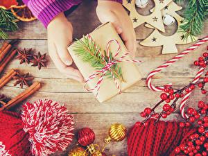 Фотографии Рождество Корица Бадьян звезда аниса Сладости Ягоды Доски Руки Подарки