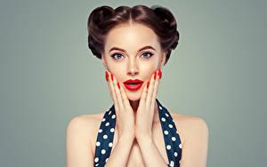 Картинки Серый фон Шатенка Лицо Красные губы Руки Маникюр Девушки