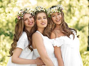 Фото Три Шатенки Улыбка Красивый Венком молодая женщина