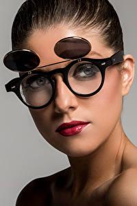 Картинки Лицо Смотрят Очках Косметика на лице Сером фоне Victoria девушка