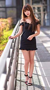 Фотографии Азиатка Поза Платье Ноги Смотрит Девушки