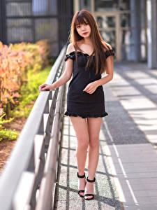 Фотографии Азиатка Поза Платье Ноги Смотрит