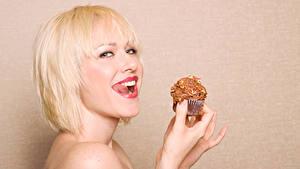 Фотографии Пирожное Цветной фон Блондинка Улыбка Взгляд