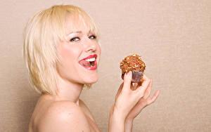 Фотографии Пирожное Цветной фон Блондинка Улыбка Взгляд Девушки